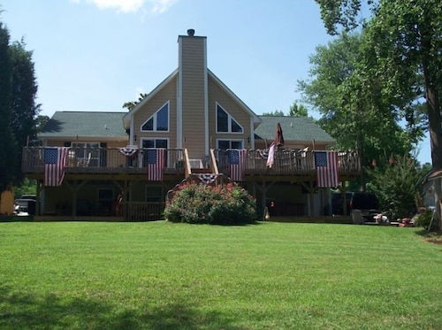 Great Place to stay Beautiful Family Retreat- Plenty of Space to Play on the Lake near Denver