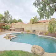Tempe BIG Back Yard 5bedrooms 3bathrooms Pool/billiards/ Tiki Bar/fossball