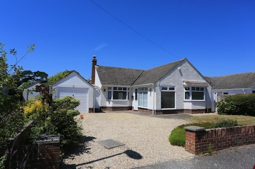 Bournecoast: Bungalow Just Yards From the Beachfront at Friars Cliff - Hb4400
