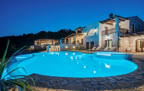 Amara Villa - Luxurious 6 Bedroom Villa with Private Pool