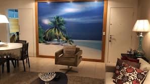 TV, DVD player, pebolim, mesa de pingue-pongue