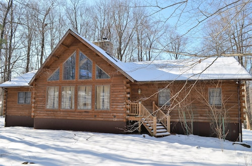 Authentic Kuhn Brothers Log Home - Close to Slopes and Beach
