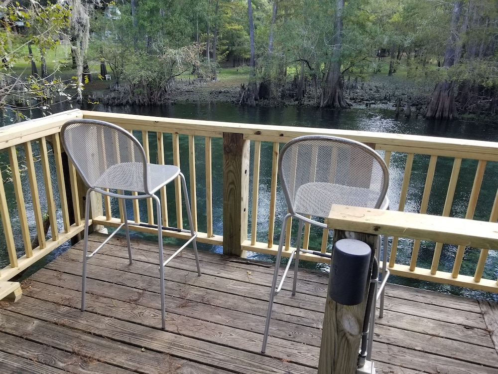 Balcony, The Coppertop Inn on The Ichetucknee River Pets are Welcome