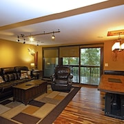 Classic Mountain Condo. Steps From Slopes, Trails, Activities, Restaurants!