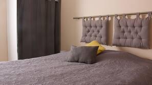 3 개의 침실, 각각 다르게 꾸며진, 각각 다르게 가구가 비치된, 암막 커튼
