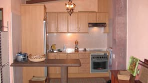 Réfrigérateur, fourneau de cuisine, cafetière/bouilloire, grille-pain