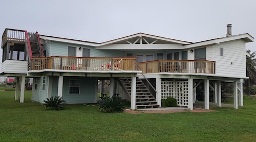 Great Place to stay Less Than 1 Min. Walk TO ON THE Beach!! Comfy and Adorable Home near Galveston