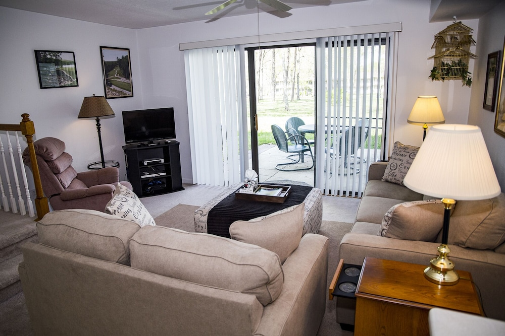 Living Room, ?resort Vacations at Fairfield Glade TN 2 bdr Condo, Perfect Location to Golf, Pools & Hiking