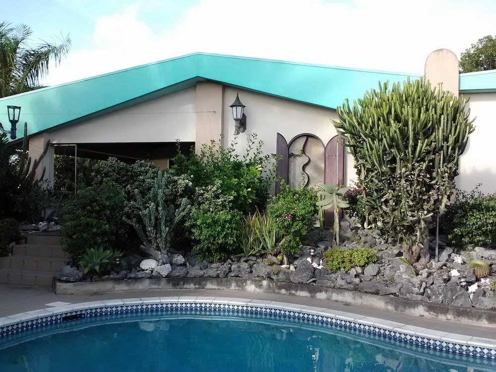 Pool, 2 Bedroom Apartment in Mountain top Villa With Pool.