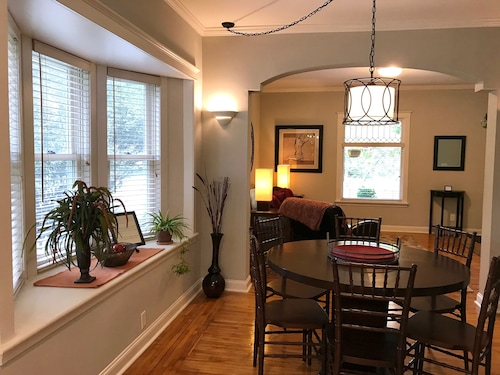 Spacious Lk Harriet 2br, Great Walking Neighborhood yet min to Downtown and MOA