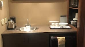 Réfrigérateur, micro-ondes, cafetière/bouilloire, grille-pain