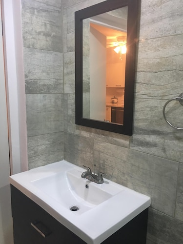 Brand New 3 Bedroom 2 Bathroom Home With Large Pool Minutes