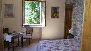1 sovrum, skrivbord, gratis barnsängar och extrasängar