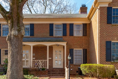 Centrally Located Mins to Downtown Raleigh -2br-2.5 BA Sleeps 4