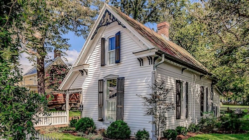 History Meets Luxury at Dreamy Leiper's Fork Village Cottage, Walk to Everything