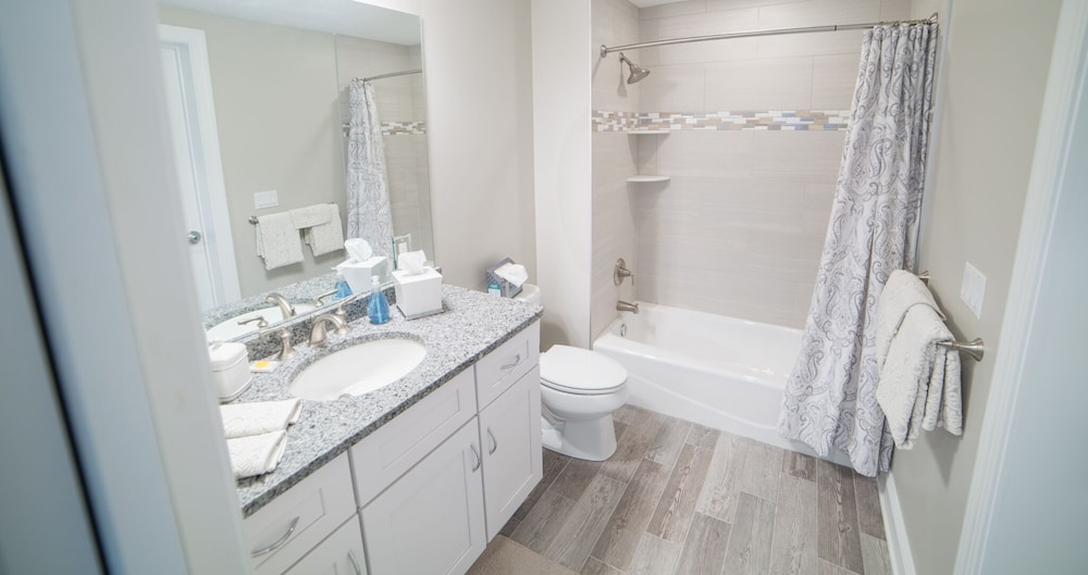 Bathroom, Luxury Bayfront Penthouse Condo 1 Block From the Beach. Overlooking Rooftop Pool