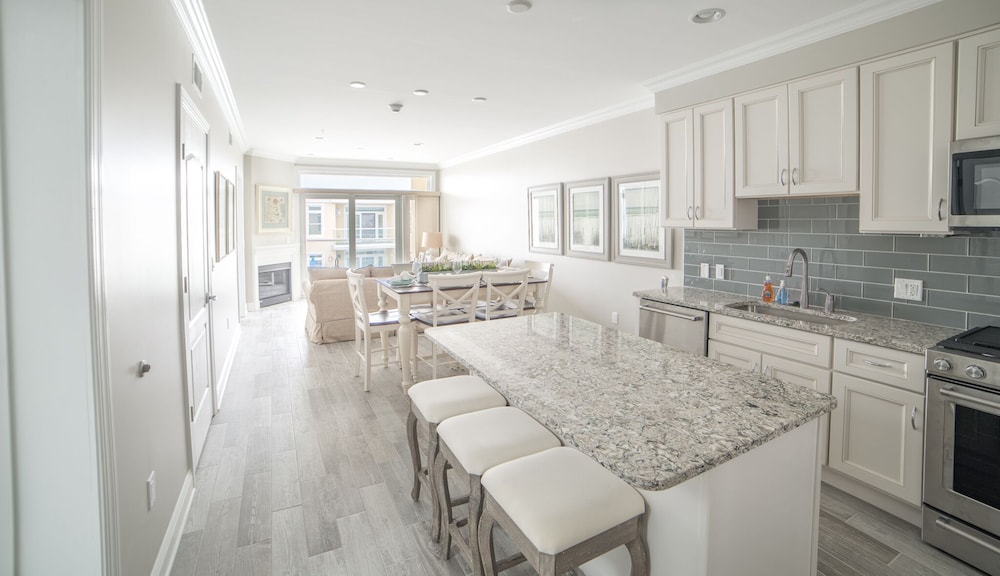 Private Kitchen, Luxury Bayfront Penthouse Condo 1 Block From the Beach. Overlooking Rooftop Pool