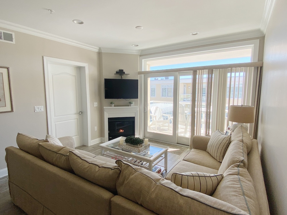 Living Room, Luxury Bayfront Penthouse Condo 1 Block From the Beach. Overlooking Rooftop Pool