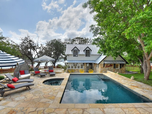 Totally Remodeled Lake Travis Waterfront~pool, Spa, Outdoor Kitchen, Location