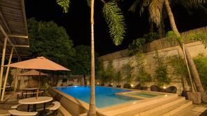 Una piscina al aire libre (de 7:00 a 23:00), sombrillas