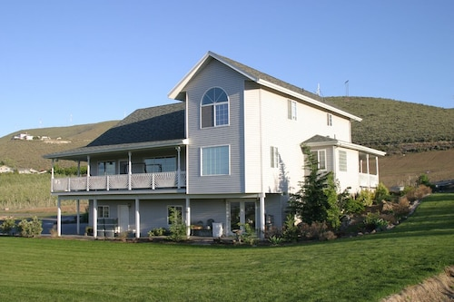 Custom 4 BR Incredible View of the Yakima Valley Wine/hops Fly Fishing Sleeps 8