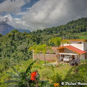 A Private, Romantic Vacation Spot! See Arenal Volcano and Lake From the House