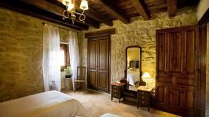7 dormitorios y tabla de planchar con plancha