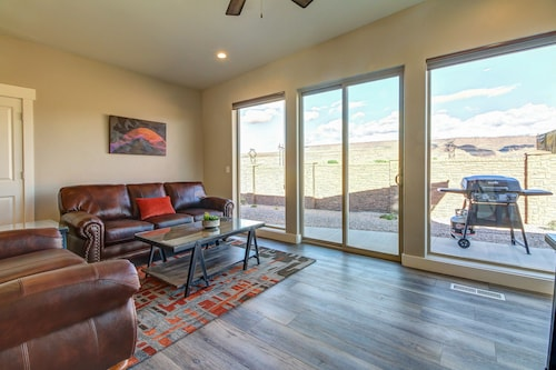 Luxury Desert Condo With Gorgeous Mountain Views, Located Near Town