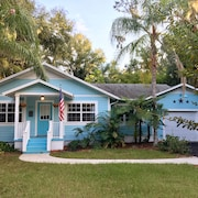 Blue Bungalow Located Downtown, 5min Walk to Downtown