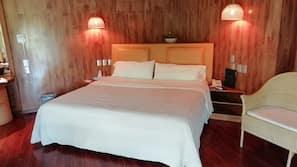 Decoración individual, cortinas opacas, wifi gratis y ropa de cama