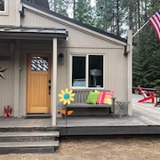 Updated Beautiful Cabin, 5 Star Reviews, Bikes Included, Outdoor Fire Table!