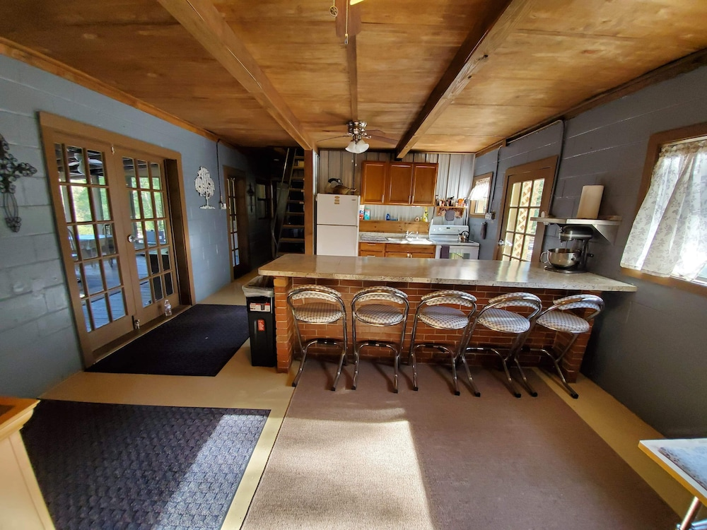 Private Kitchen, Suwannee River Oasis! Waterfront Cabin in Paradise White Springs, Florida
