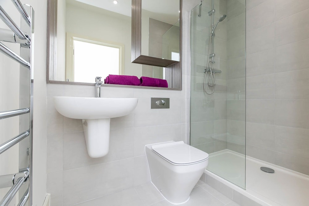 Bathroom, Deluxe Heathrow Apartments & Parking