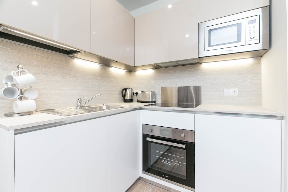 Private Kitchen, Deluxe Heathrow Apartments & Parking