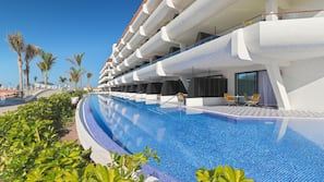 4 piscinas al aire libre (de 10:00 a 18:00), sombrillas, tumbonas