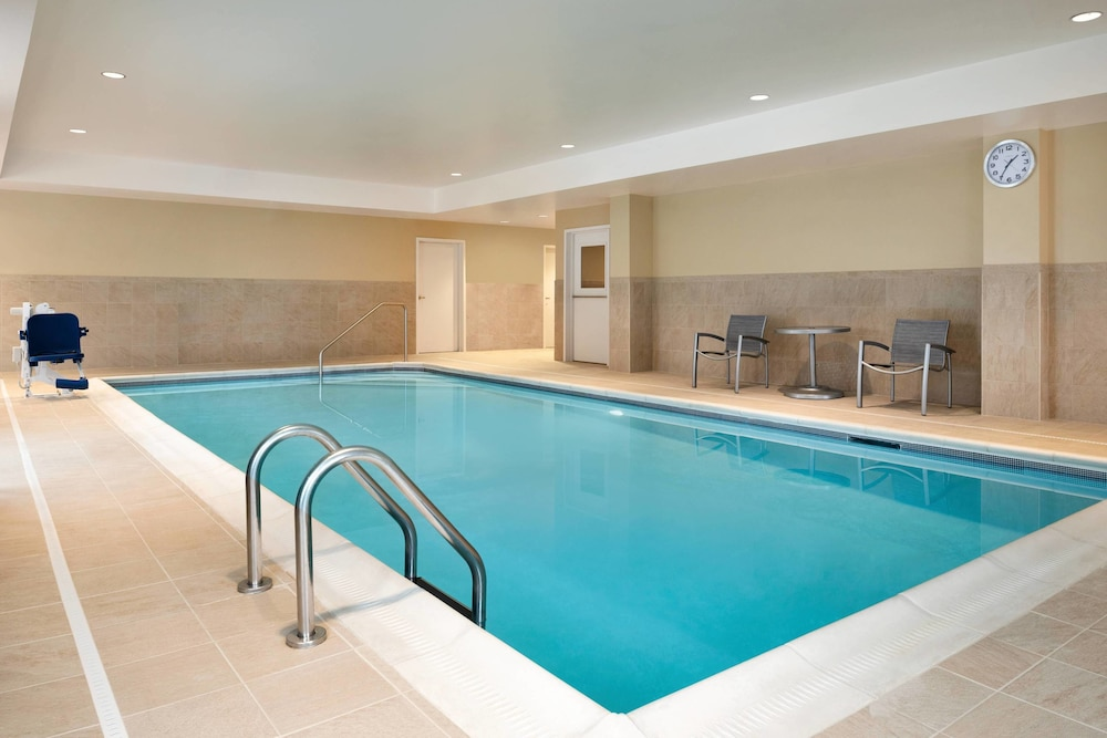 Pool, TownePlace Suites by Marriott Dubuque Downtown