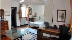 Una scrivania, tende oscuranti, Wi-Fi gratuito, lenzuola