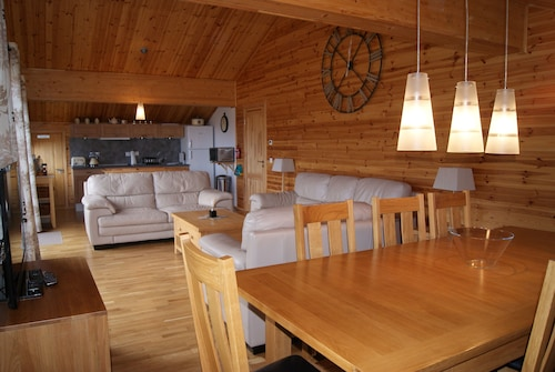 Penthouse Chalet Apartment, Sleeps 8, Sky TV, Internet and Garage Beautiful View
