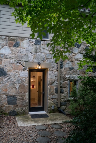The Forest Door-the LAP of Luxury in the Heart of Tryon-new apt Above Harmon Fie