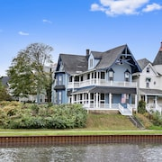 Beautiful Lakefront Victorian Private Balcony