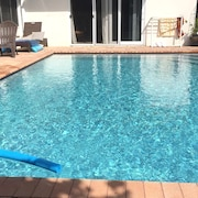 Beautiful Private Suite, Masterbath & Solar Heated Pool. 10 Min to Beach & Town