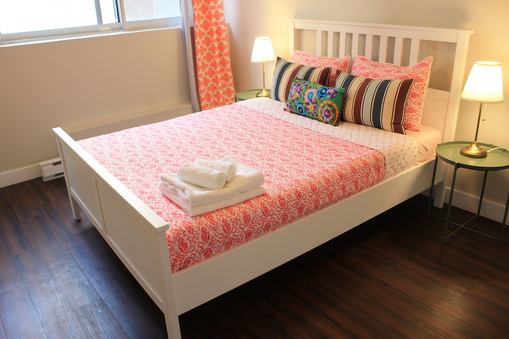 2 Queen Size bed in one Bedroom Luxry Apartment Close to ...