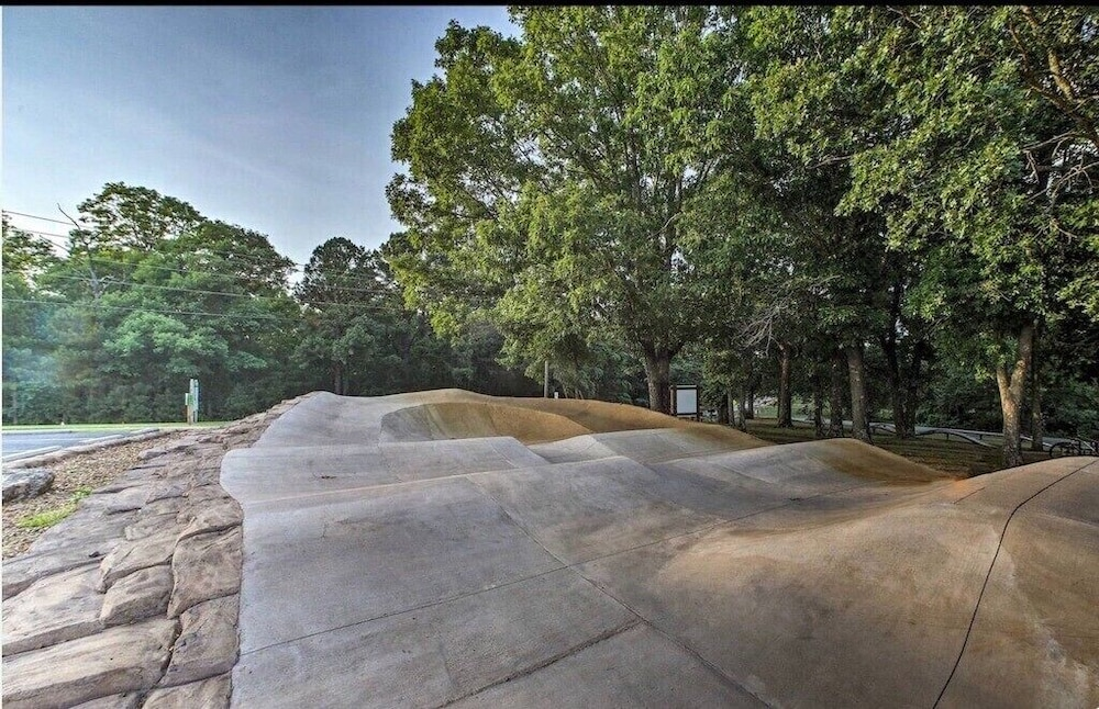Property Grounds, Caddyshack~ Newly Remodeled Townhome Yards From Back 40 Bike Trails