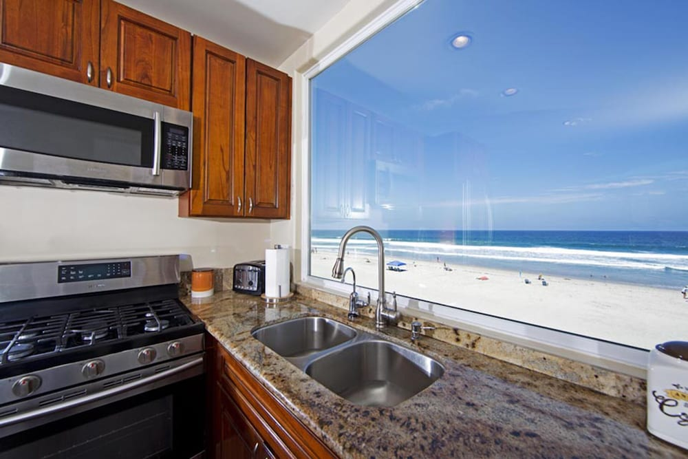 Private Kitchen, Beautiful Oceanfront Penthouse North Mission Beach