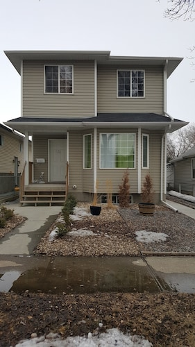 Close To Downtown. 5bedrms With 2 Full Kitchen And 2 Laundry Facilities