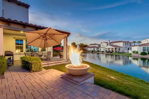 Luxurious Waterfront Oasis With Fire Pit/bbq!! 3 Bedroom Home