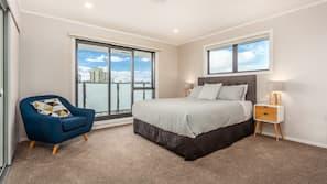 3 bedrooms, pillow-top beds, desk, blackout curtains