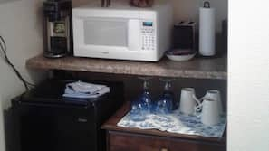 雪櫃、微波爐、咖啡機/沖茶器、多士爐