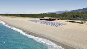 Teli da spiaggia, yoga, un bar sulla spiaggia