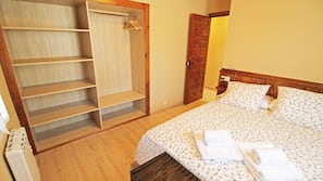 2 bedrooms, blackout curtains, free cots/infant beds, free WiFi